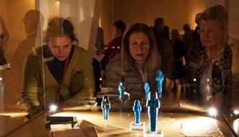 mensen bezoeken museum