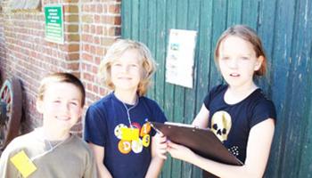 kinderen op boerderij