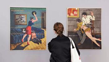 meisje bezoekt tentoonstelling