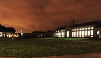 gevel museum bij nacht
