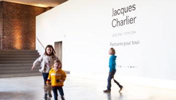 kinderen bij ingang tentoonstelling
