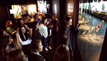 groep bezoekt tentoonstelling
