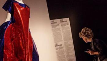 vrouw bekijkt tentoonstelling