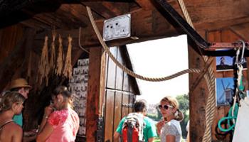 Bezoekers bij binnenkant molen