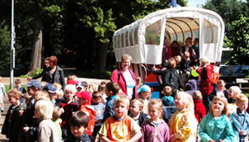 groep kinderen bij huifkar