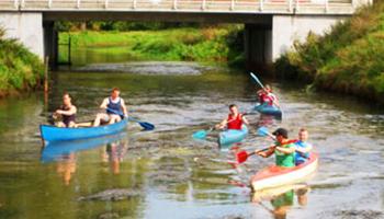 mensen varen met kajak op rivier