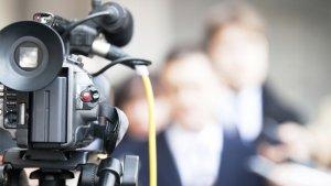 Man staat pers te woord
