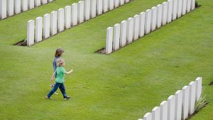 twee kindjes op kerkhof