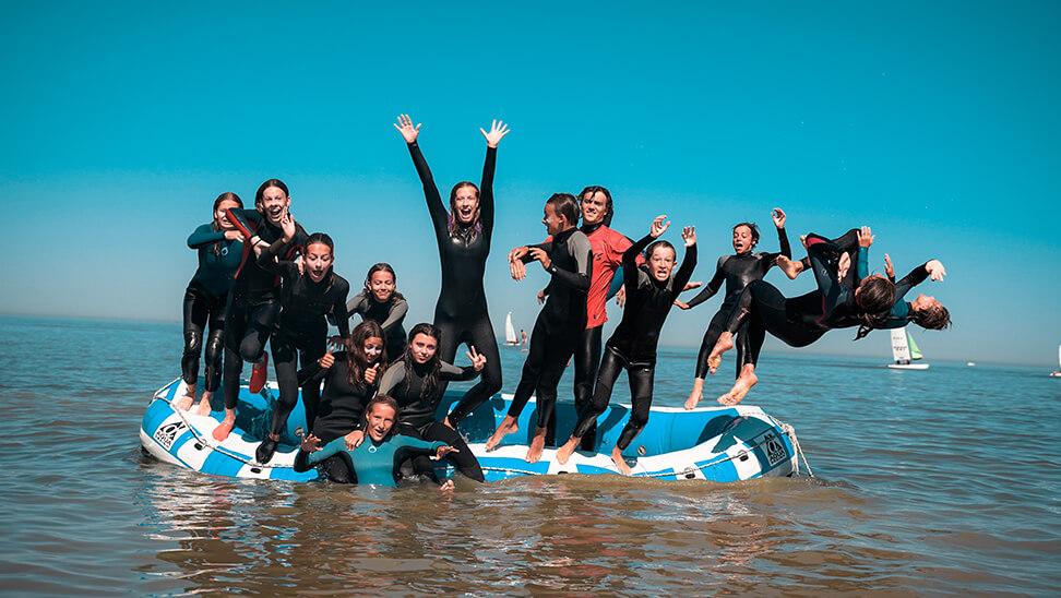 Jongeren in een rubberboot