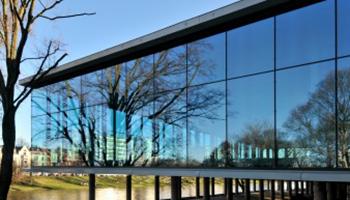 Achtergevel in glas van het museum