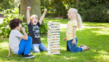 kinderen spelen buiten Jenga