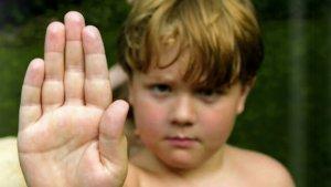 jongen maakt stop-gebaar