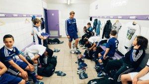 jongens in voetbalkleedkamer