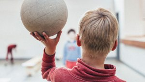 Jongen met volleybal op zijn hand