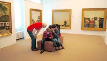 Jongeren met leraar in het Jakob Smitsmuseum