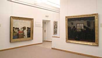 Zicht op verschillende schilderijen in het Jakob Smitsmuseum