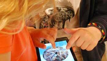 Jongeren bezig met tablet in het Jakob Smitsmuseum