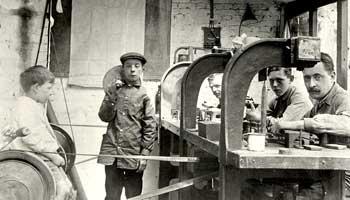 Foto oud de oude doos van werkmannen en jongens in de slijperij