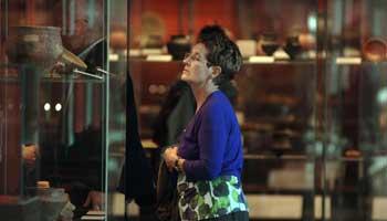 Vrouw kijkt naar vitrine