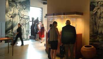 Bezoekers in Stedelijk museum Zwijgershoek