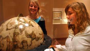 Twee vrouwen kijken naar globe