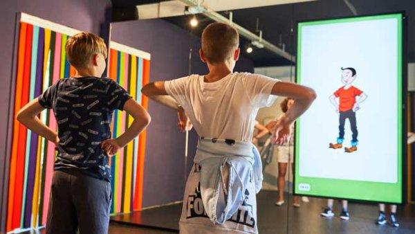 2 jongens poseren zoals Suske met armen in de zij