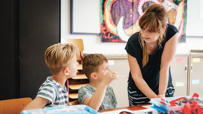 Kari Van Rooy met twee leerlingen