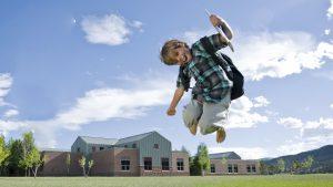 springend kind met boekentas