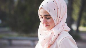 jonge vrouw met hoofddoek
