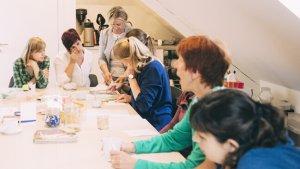 Leraren vergaderen in lerarenkamer