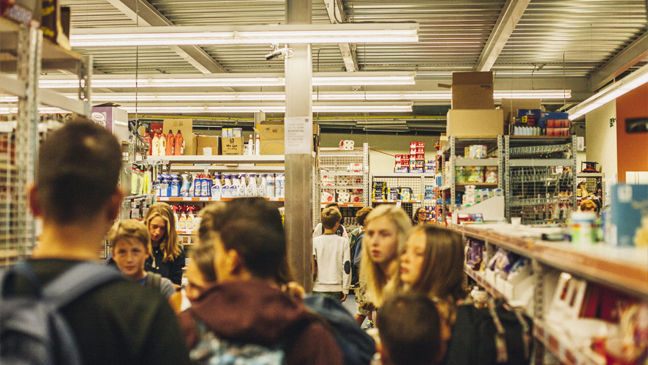 Jongeren hangen rond in een supermarkt