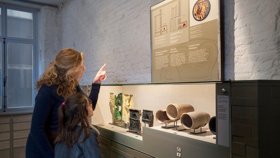 Vrouw en dochter bij een tentoonstelling