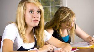 Meisje kijkt verwonderd op in de klas