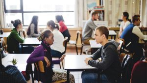 Twee okan-leerlingen praten met elkaar in de klas