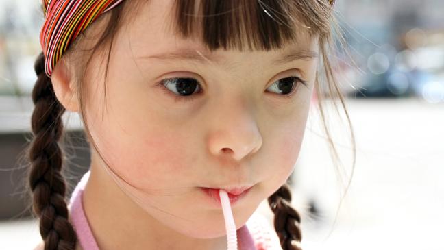 Meisje drink aan rietje