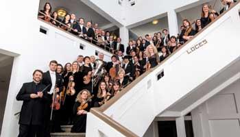 Alle muziekanten van het Nationaal Orkest van België op de trappen