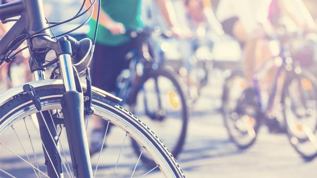 close up van mensen op fiets