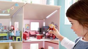 Meisje speelt met poppen