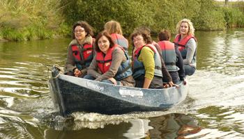 Een groep vrouwen vaart op een klein motorbootje