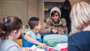 Vrouw helpt kinderen bij huiswerk