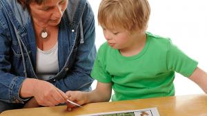 leerkracht geeft las aan hand van beelden