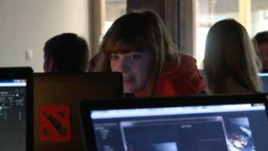 Jonge vrouw achter computer