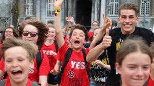 Groep van tieners steken armen en duimen in de lucht