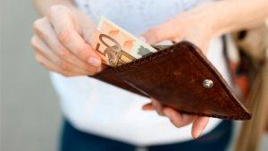 vrouw haalt geld uit portefeuille