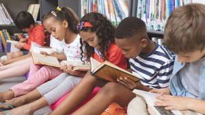 Klas aan het lezen in de bibliotheek