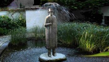 beeldhouwwerk man in regen
