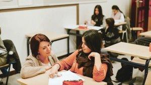 Naïma geeft uitleg aan leerlinge