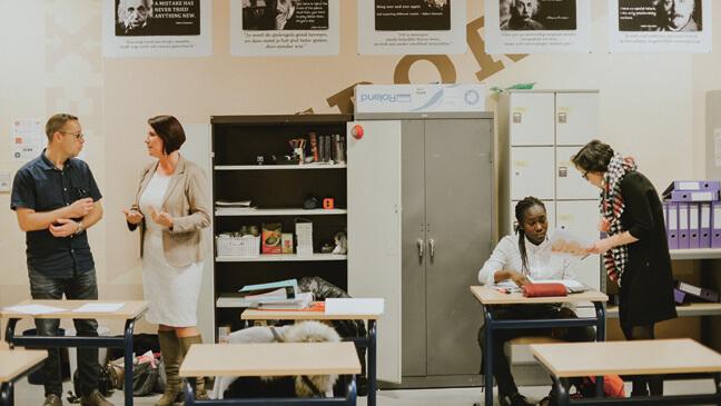 leraren in overleg om leerlingen te helpen