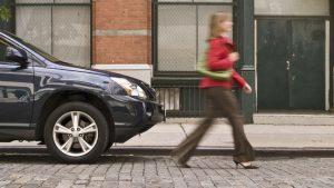 vrouw stapt weg van haar auto