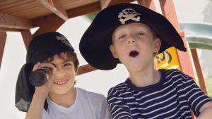 Twee jongens verkleed als piraat